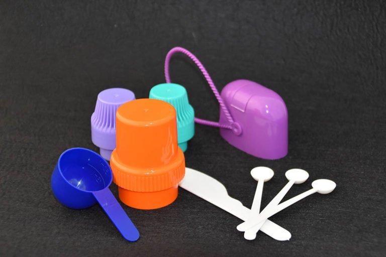 Tappi e misurini in plastica per detergente